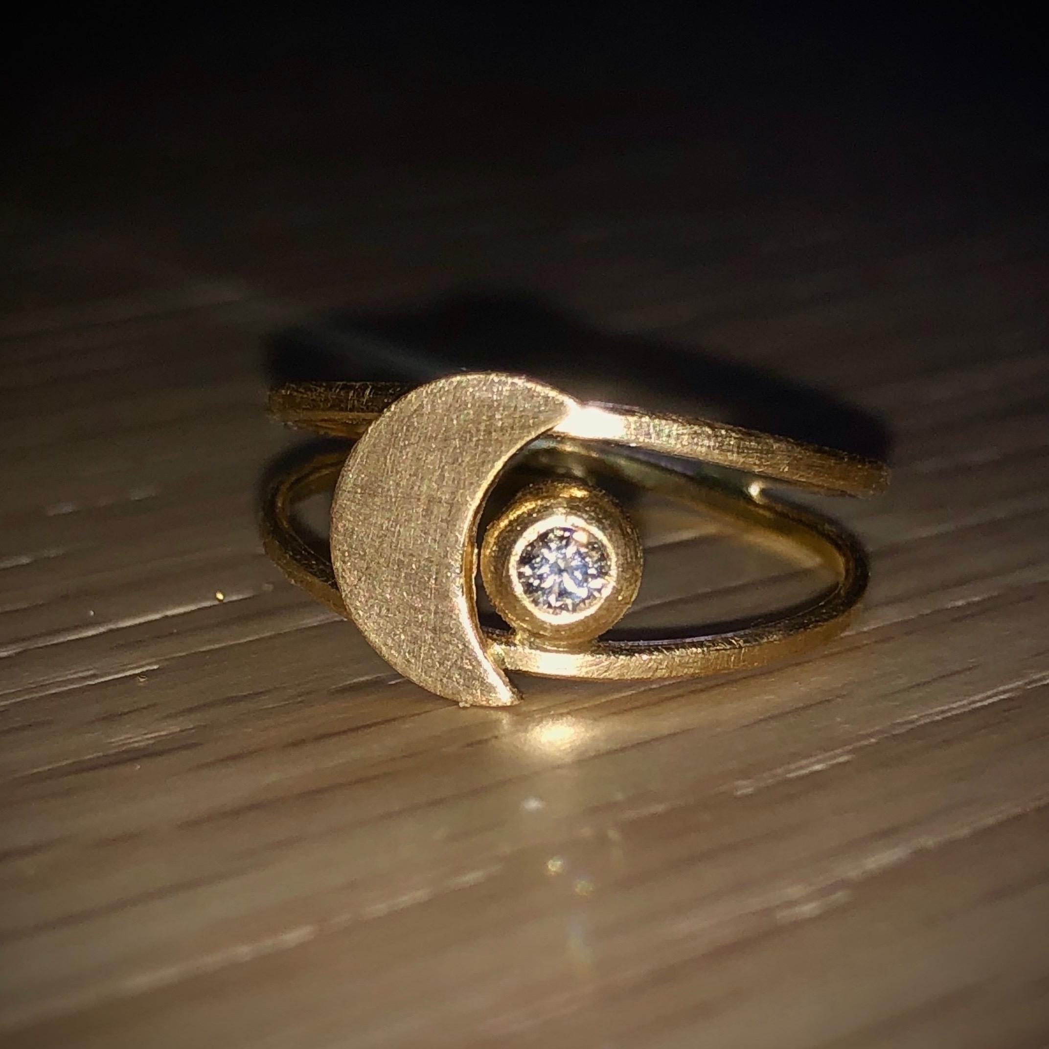 Måne&Stjerne-ring i 18K børstet guld med en 0,05 carat champagne diamant fra Guldsmed Milayas