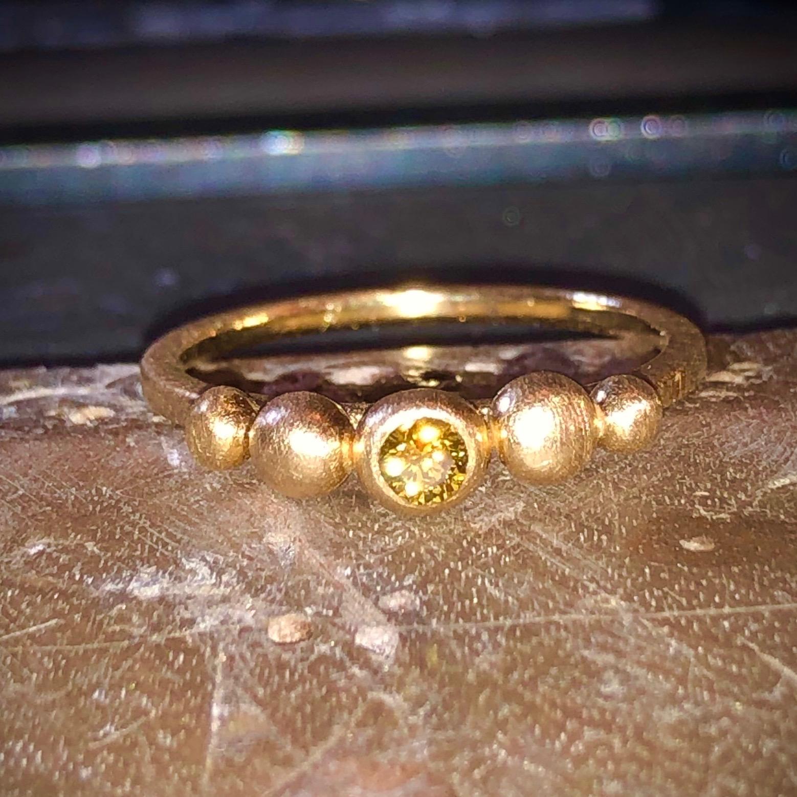 Ring i 18 karat børstet guld med helt unik 0,11 carat kamæleon diamant fra Guldsmed Milayas